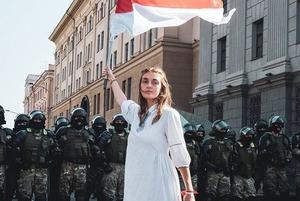 «Они хоть в масках, но можно узнать по глазам и бровям»: Минчанка разговаривает с ОМОНом на митингах