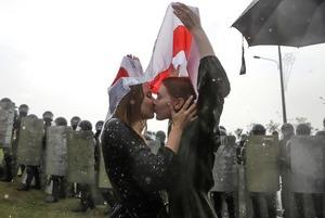 11 легендарных фото беларуского протеста, которые разошлись по всему миру