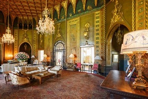 «Его Величество хочет Версаль с джакузи»: Почему дома диктаторов так ужасно выглядят