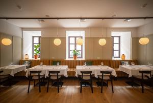 Фоторепортаж из ресторанов и баров Минска: Посмотрели, сколько людей теперь ходит в заведения