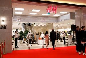 «Это трэш!»: Как соцсети смеются над vip-открытием H&M и беларускими селебрити