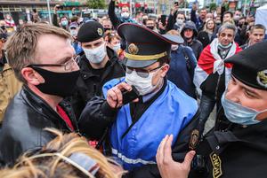 «В любой непонятной ситуации воруй Статкевича»: Как соцсети смеются над поведением власти на пикетах