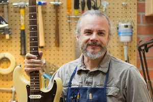 «Я приехал в США без денег и языка»: Беларус, который делает в штатах гитары за $12 тысяч
