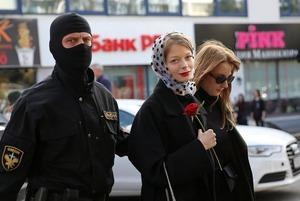 «Веселые случаи из протестного сезона»: Как обычные беларусы сделали ОМОН, коммунальщиков и режим