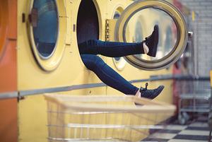 Почему лучше стирать ночью и носить джинсы три раза
