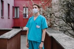 «Мне пришлось переехать в отель из-за коронавируса»: Минский врач рассказал, как он лечит зараженных