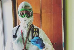 «Некоторые врачи носят памперсы»: Откровения врача, добровольно работающего с больными коронавирусом