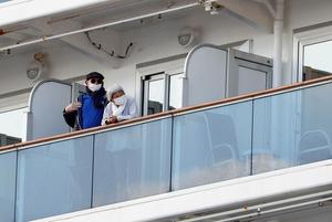 «Помогите нам!»: Что происходит с людьми на зараженном вирусом лайнере, который не пускают на сушу