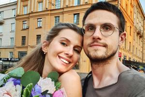 «Стыдно признаваться, что мы встретились в Tinder»: Пары, которые рискнули познакомиться в интернете