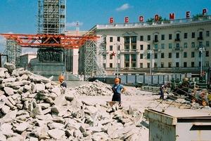 «Вы о***ли тут фотографировать?»: Молодые ребята сделали крутые снимки, как капремонт уродует Минск