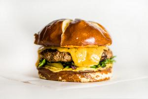 «Бесят люди которые говорят что гамбургер — это типа вредная еда»: Узнали, правда ли это