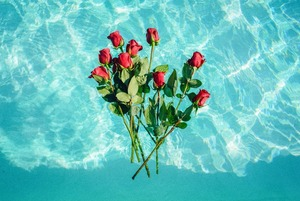 «Просят курьера изобразить их парня для фото»: Зачем девушки арендуют 101 розу и упаковки от айфона