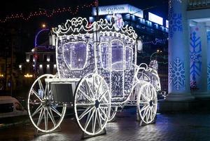 «Сворачиваешь на главную тусовочную улицу, а там мрак»: Что не так с новогодним украшением Минска