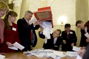 «Пусть побегают с урнами наперевес»: Имеют ли власти право загонять беларусов голосовать досрочно