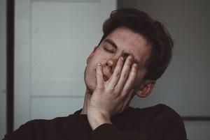 «Привычка, которая вас убьет»: Почему мы трогаем лицо руками и чем можно из-за этого заболеть