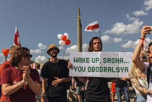 «80% не твои, вот ты и бесишься»: Самые крутые плакаты со вчерашнего гигантского митинга в Минске