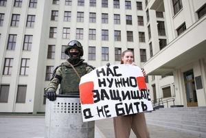 «Мужик в майке и шортах несет угрозу ОМОНу»: Как беларусы реагируют на суды и заявления силовиков