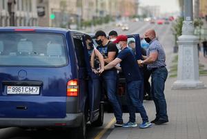 «Уникальная ситуация — бус с номерами»: На каких машинах силовики увозят беларусов