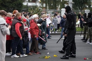 «Бабка зарядила Балабе сумкой в лицо»: Как бабушки на митинге атаковали главу минского ОМОНа