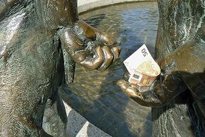 «Она говорила: «Ну что вы, что вы, не стоит», но тянула подарок к себе»: Как беларусы дают взятку