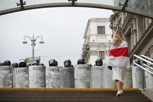 «Мне платят 900 рублей в день»: Беларусы о том, как они пытались разговорить силовиков на протестах