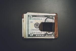 Доллар пошел в рост: надо ли бежать в обменник? Спросили у экспертов