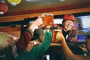 Еще по бокалу — и спать: Сколько можно пить каждый вечер, чтобы не стать алкоголиком?