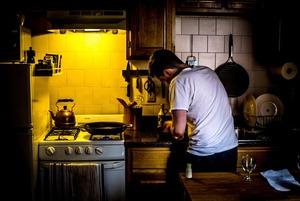 «В день нужно 100 долларов, но я выкручиваюсь»: Как бывший ресторанный повар готовит бесплатно