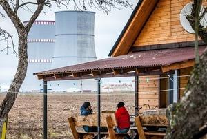 «Место здесь хорошее»: Как беларус открыл хостел у подножия Атомной электростанции