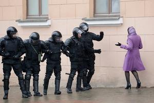 «Муж успел поесть и побриться»: Беларусы о том, как во время обыска не дали силовикам наглеть