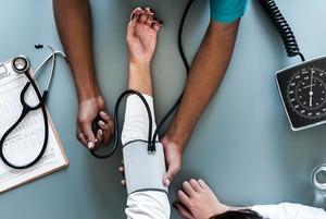 Почему врачи скорой помощи ездят к больному на лифте, если он может застрять?