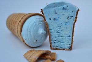 В Беларуси начали выпускать голубое мороженое с лепестками васильков
