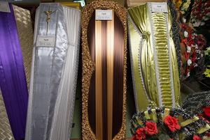 «Один парень просился полежать в гробу»: Продавец из ритуального магазина рассказала про свою работу