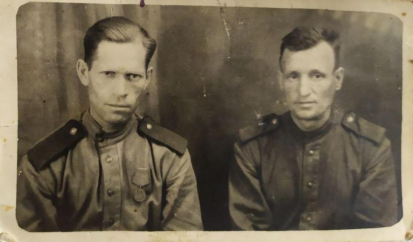Отец Константин Трофимович с сослуживцем в красной армии