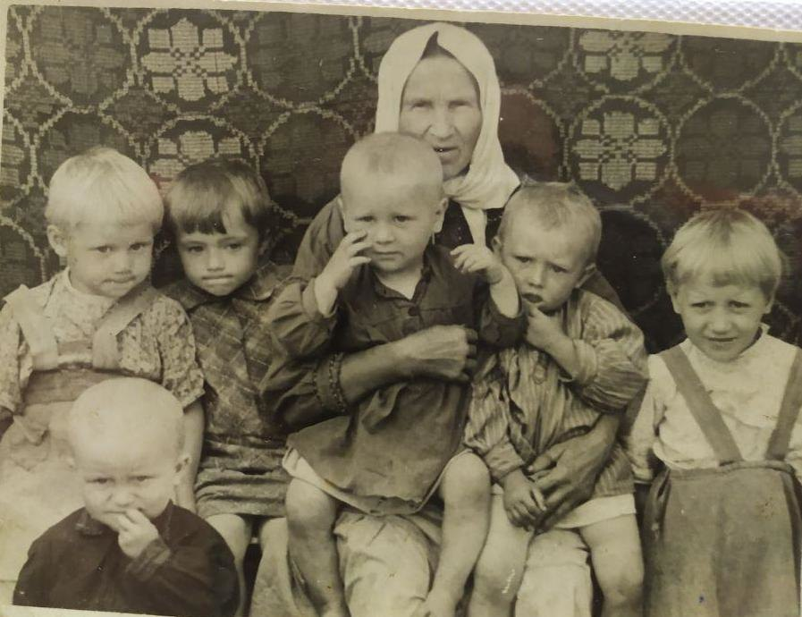Послевоенное фото. На снимке: бабушка Степанида, Иван (появился на свет после войны), Ксения, Анюта (дочь дядьки Василя), брат Коля, Коля (сын тети), сестра Нина